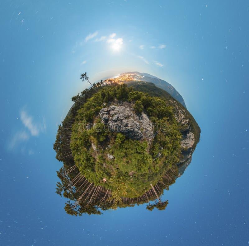 Poco panorama del pianeta alla notte con le nuvole e fotografia stock