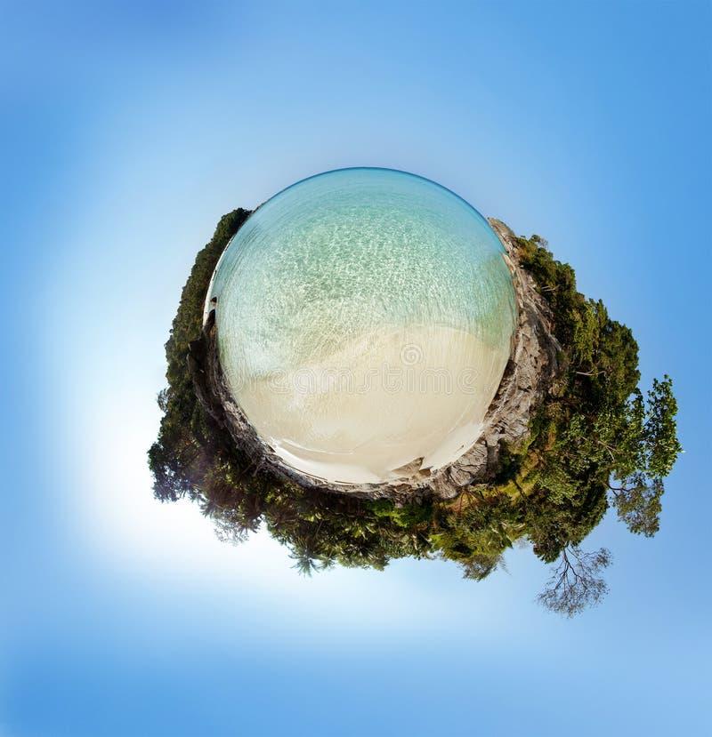 Poco panorama del pianeta sulla spiaggia sabbiosa bianca fotografia stock