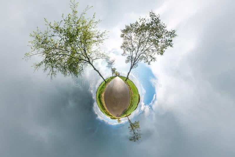 Poco panorama esf?rico del planeta 360 grados Visi?n a?rea esf?rica en campo en d?a agradable con las nubes impresionantes Curvat imagenes de archivo