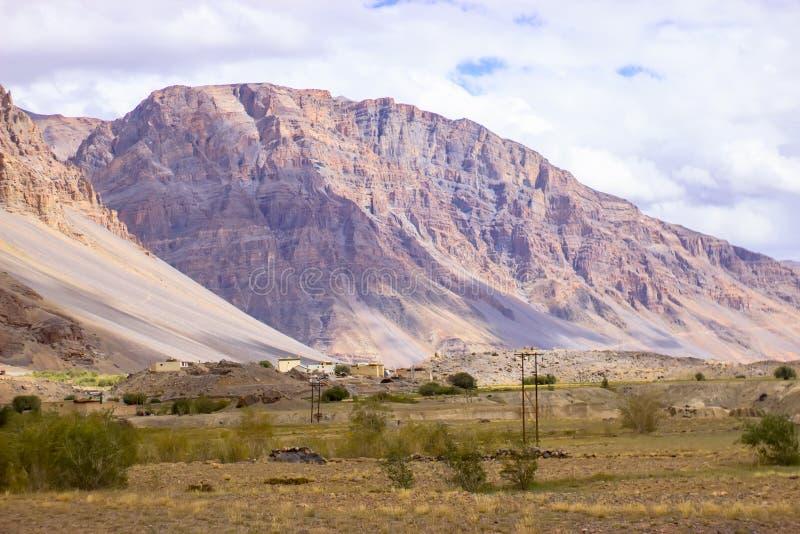 Poco pueblo de trabajo en las montañas fotografía de archivo