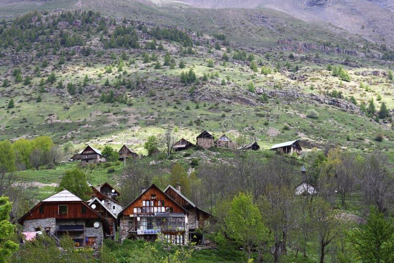 Poco pueblo Dormillouse en los Altos Alpes franceses fotografía de archivo