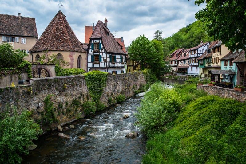 Poco pueblo Kaysersberg en Francia imagen de archivo libre de regalías