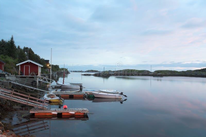 Poco puerto deportivo en crepúsculo fotografía de archivo