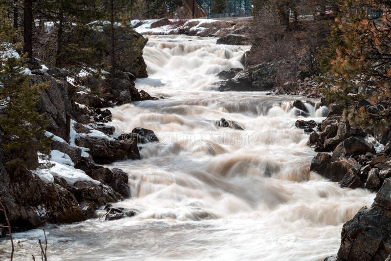 Poco río salmonero en Idaho con agua blanca y la nieve en GR imagenes de archivo