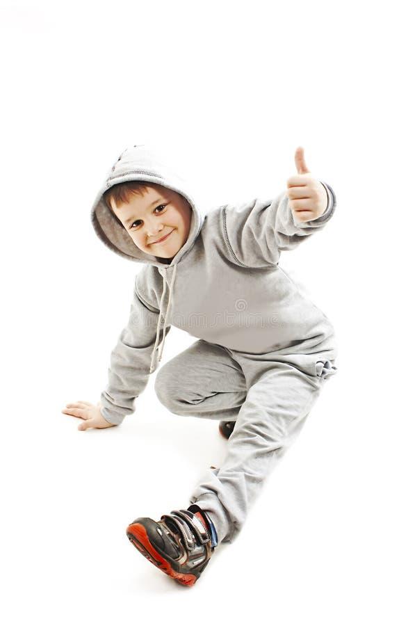 Poco ragazzo hip-hop fresco nel ballo che mostra segno giusto immagini stock libere da diritti