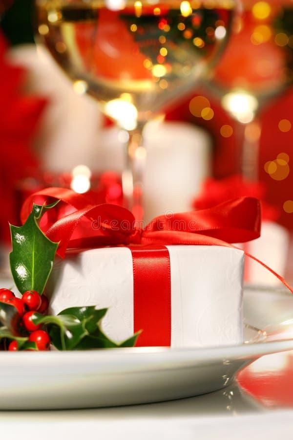 Poco regalo ribboned rojo fotos de archivo libres de regalías