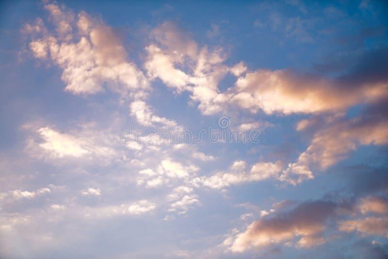 Poco riflesso della luce dell'oro alla nuvola nel cielo per qualsiasi bakcground grafico fotografia stock libera da diritti