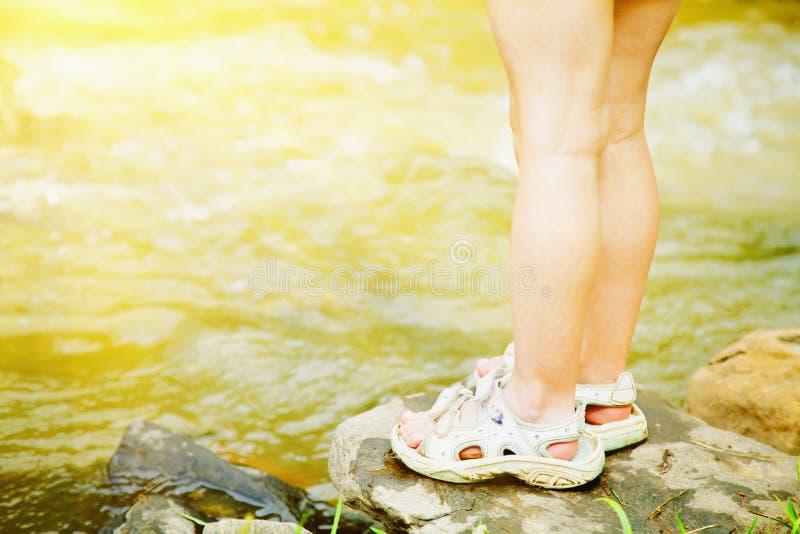Poco situación adorable de la muchacha del niño contra la perspectiva del agua en el día de verano caliente foto de archivo