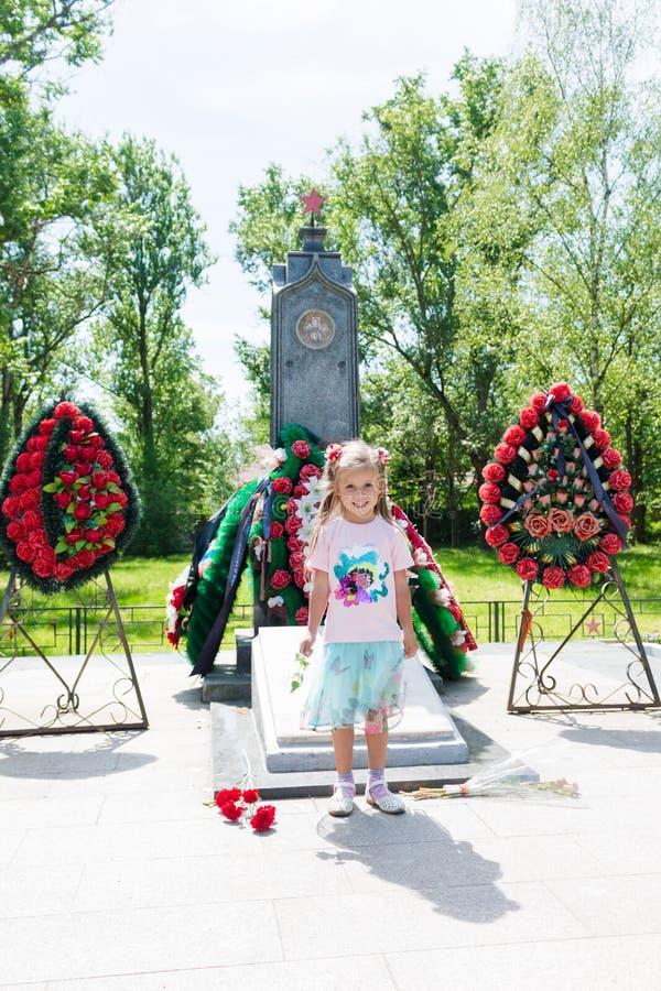 Poco situación hermosa de la muchacha cerca del monumento fotos de archivo libres de regalías