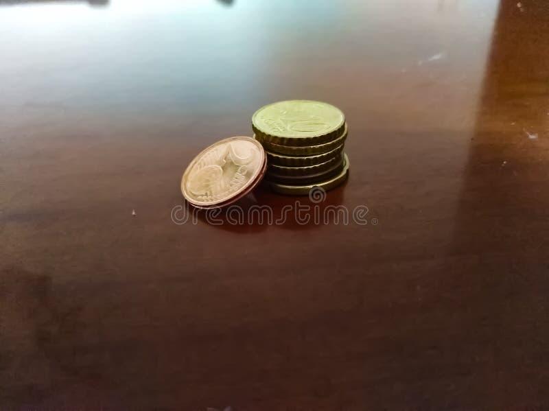 Poco soldi sulla tavola fotografie stock