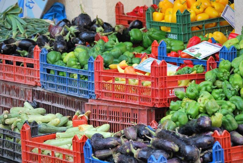 Poco tienda con las verduras en Corfú, en la isla griega fotografía de archivo