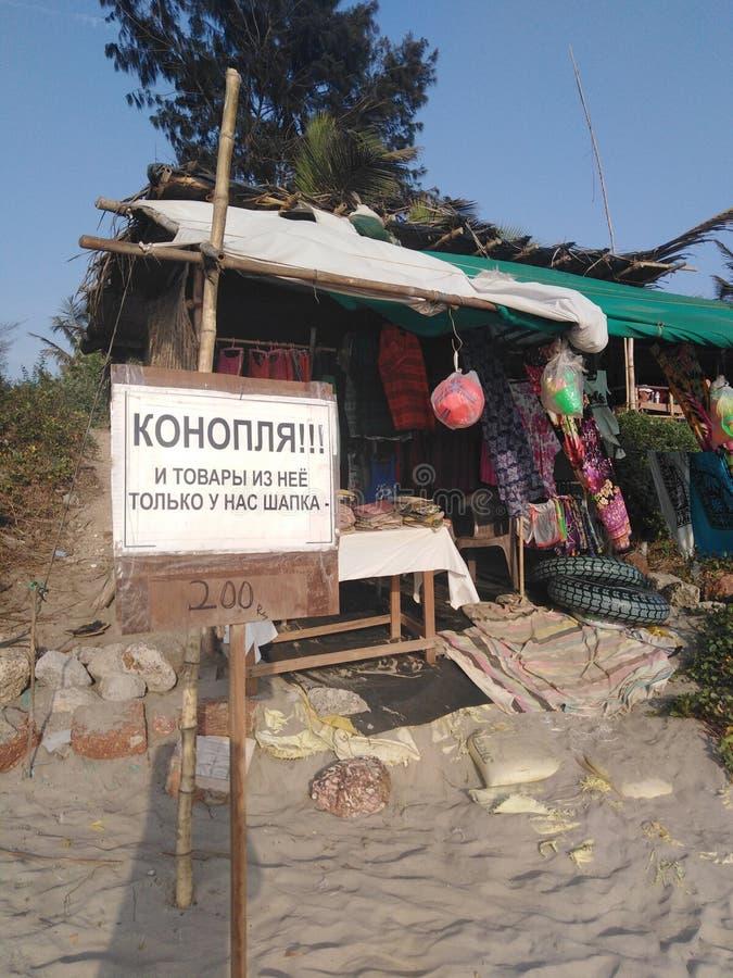 Poco tienda en la playa de Morjim, Goa, la India foto de archivo libre de regalías