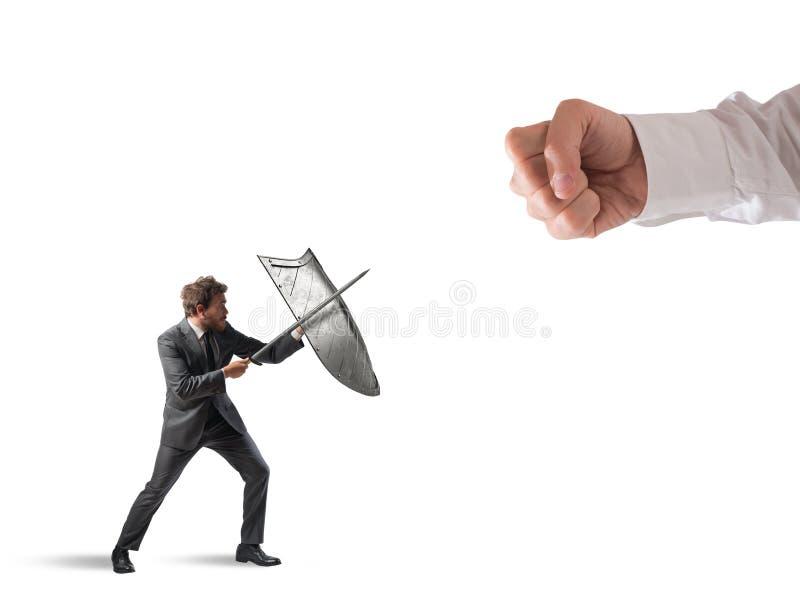 Poco uomo di affari sfida i grandi problemi che combatte con lo schermo e la spada immagini stock