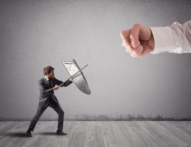 Poco uomo di affari sfida i grandi problemi che combatte con lo schermo e la spada fotografie stock