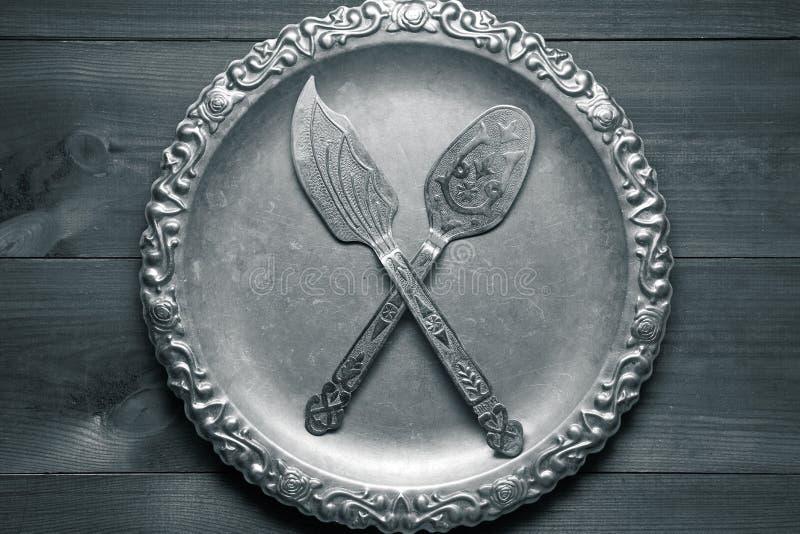 Poco utensile d'argento d'annata della cucina con gli ornamenti sul vassoio d'argento immagini stock