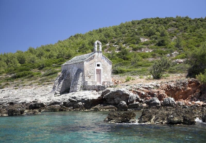 Poco vecchio zion sulla banca di pietra, vicino al mare immagini stock