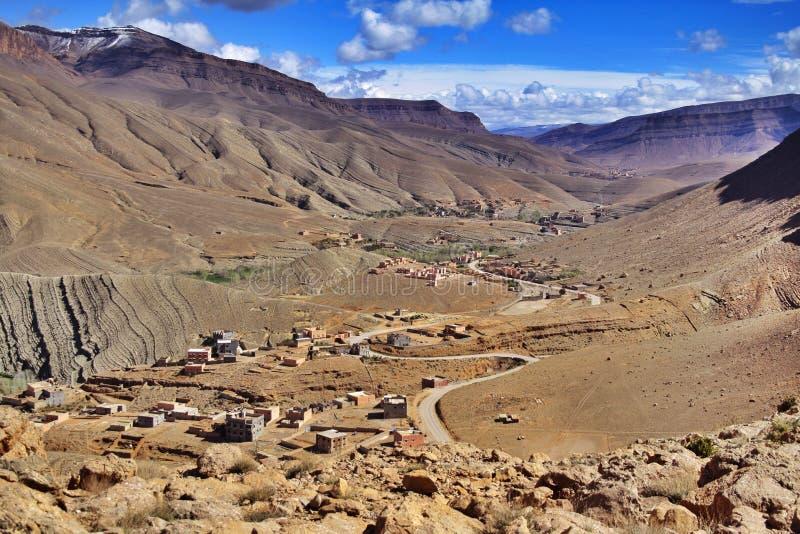 Poco villaggio nelle montagne fotografie stock