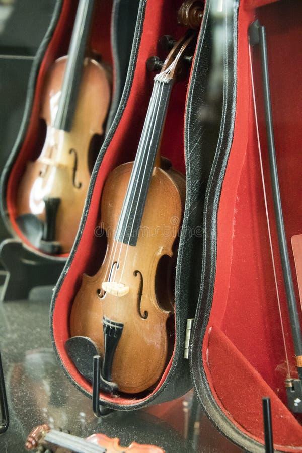 Poco violino in un deposito fotografia stock