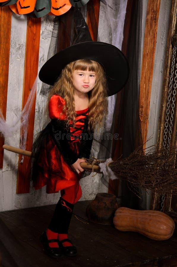 poco volo della ragazza della strega di Halloween sulla scopa fotografie stock libere da diritti