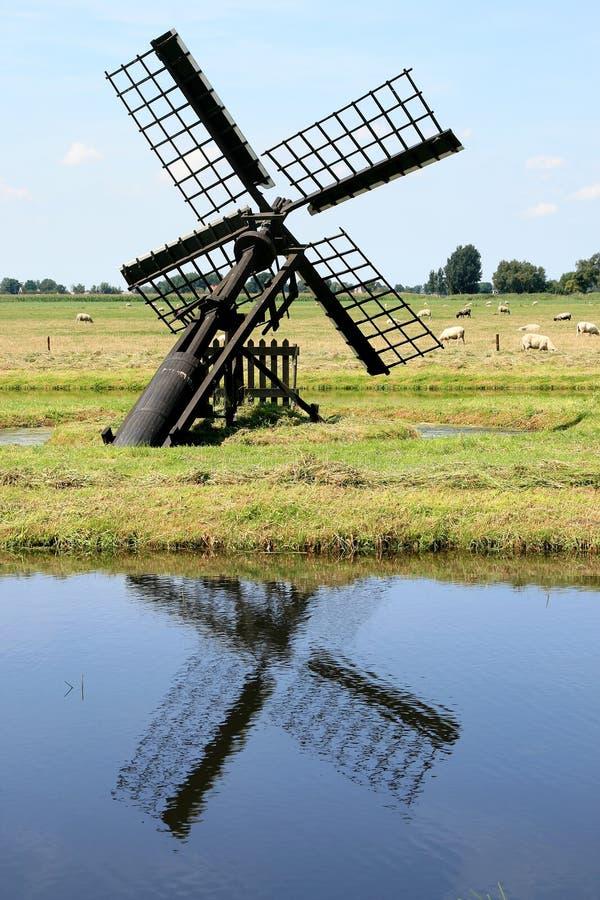 Poco watermill holandés en un área de la turba imagenes de archivo