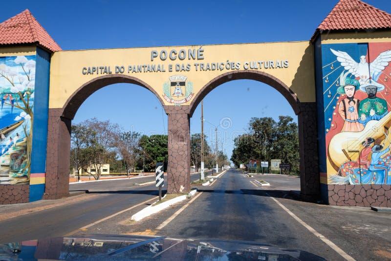 Pocone, Mato Grosso/Brasilien - 10 augusti 2018: Gateway to Transpantaneira in the Pantanal, Pocone, Mato Grosso, Brasilien, Sout royaltyfri foto