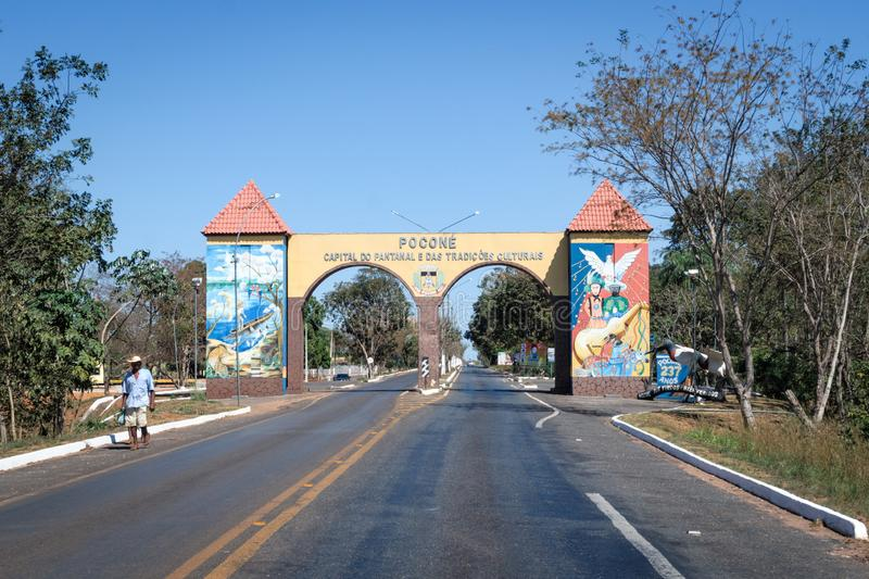 Pocone, Mato Grosso/Brasilien - 10 augusti 2018: Gateway to Transpantaneira in the Pantanal, Pocone, Mato Grosso, Brasilien, Sout arkivfoton
