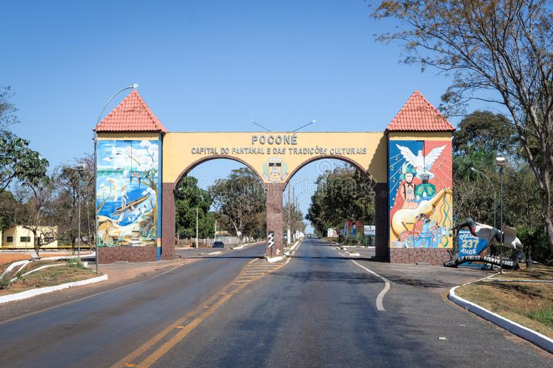 Pocone, Mato Grosso/Brazilië - 10 augustus 2018: Gateway to the Transpantaneira in the Pantanal, Pocone, Mato Grosso, Brazilië, S stock foto
