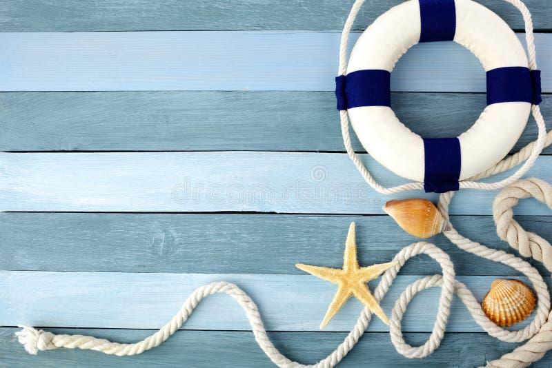 Pocos art?culos marinos del verano en un fondo de madera imagen de archivo