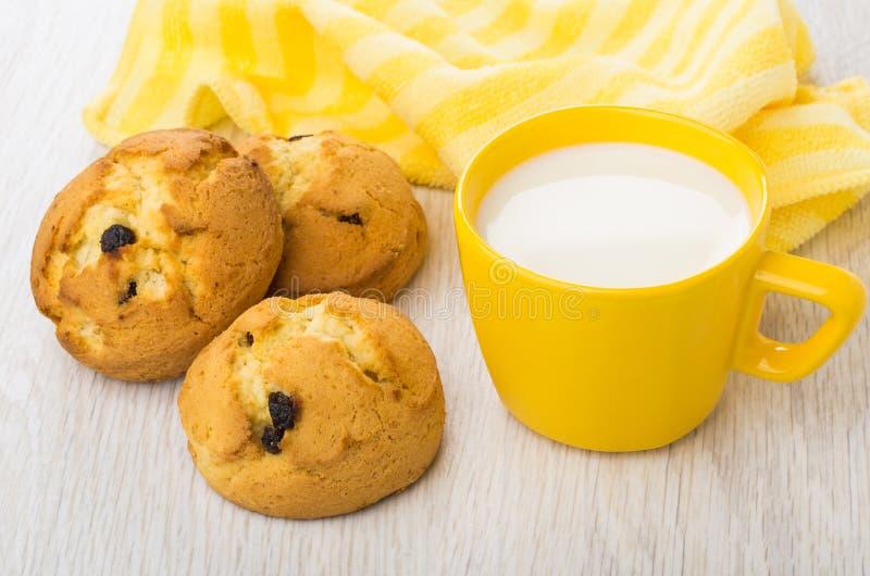 Pocos curd las galletas con la pasa, leche, servilleta amarilla rayada fotos de archivo libres de regalías