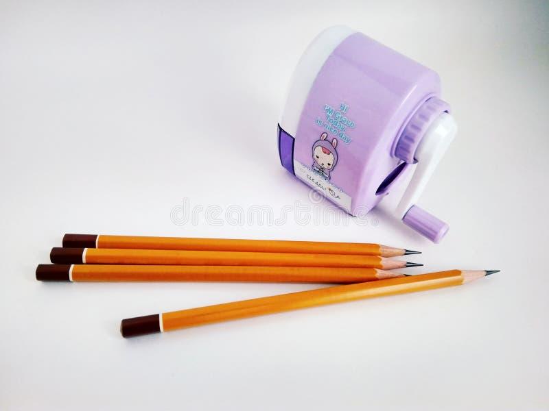 Pocos lápices y sacapuntas mecánicos en blanco imágenes de archivo libres de regalías