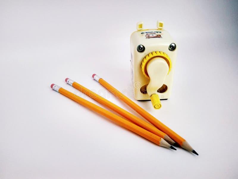Pocos lápices y sacapuntas mecánicos en blanco fotos de archivo libres de regalías