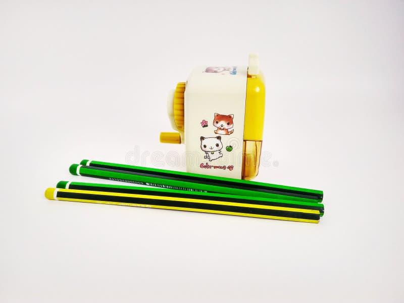 Pocos lápices y sacapuntas mecánicos en blanco imagen de archivo libre de regalías