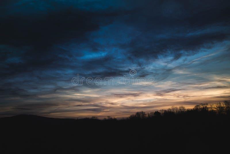 Pocos minutos después de la salida del sol, apenas para el sol que espera aparece detrás de las nubes imagen de archivo