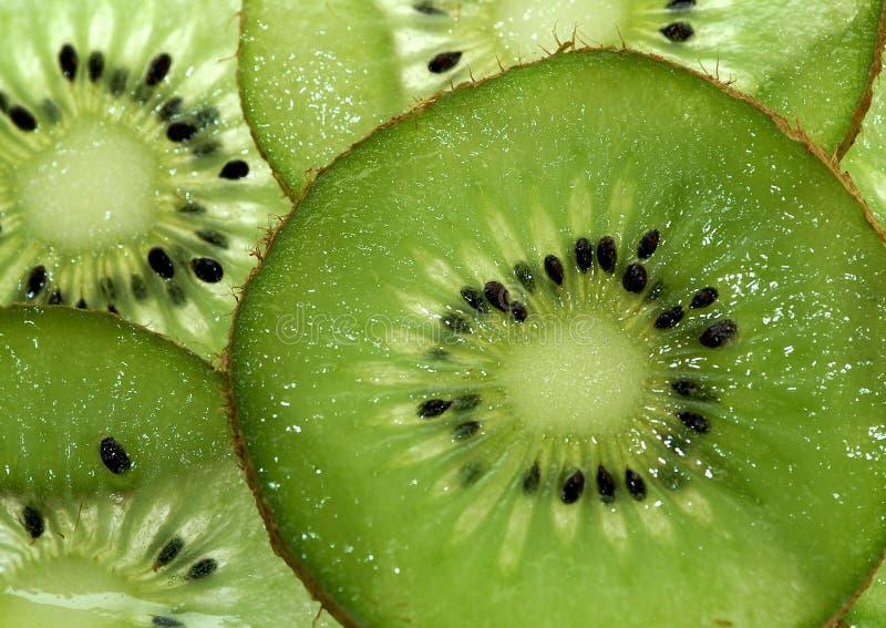 Pocos pedazos de fruta de kiwi imagenes de archivo