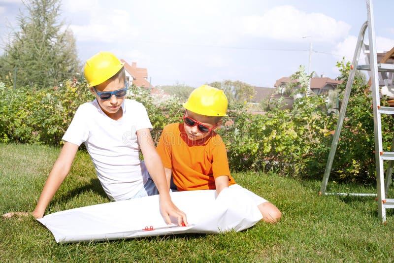 Pocos trabajadores de construcción fotos de archivo