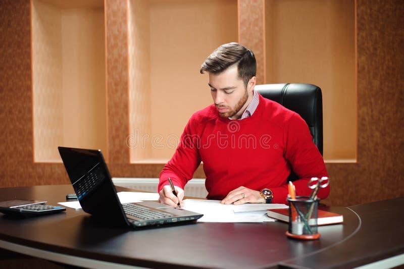 Początkowy biznes, deweloper oprogramowania pracuje na komputerze przy nowożytnym biurem fotografia royalty free