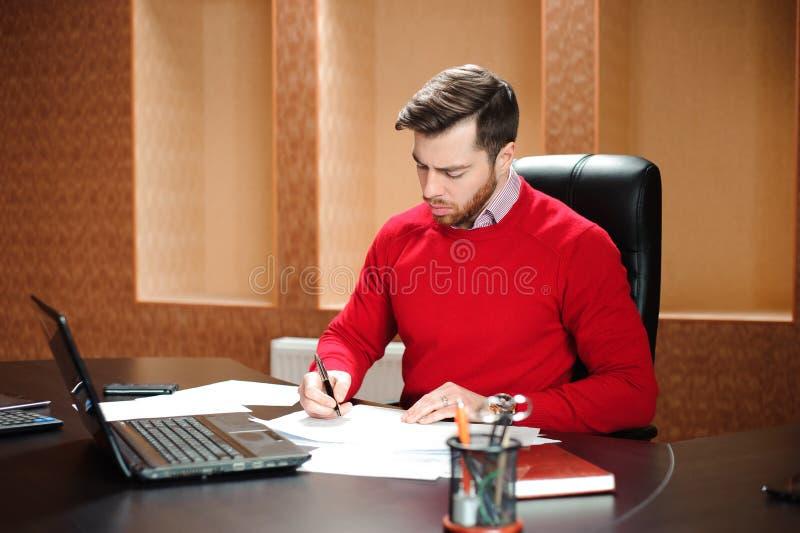 Początkowy biznes, deweloper oprogramowania pracuje na komputerze przy nowożytnym biurem obraz stock