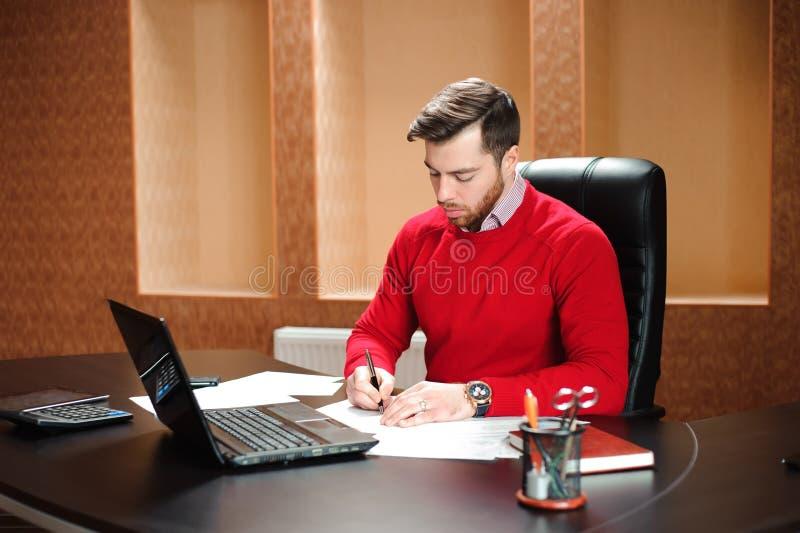 Początkowy biznes, deweloper oprogramowania pracuje na komputerze przy nowożytnym biurem obraz royalty free