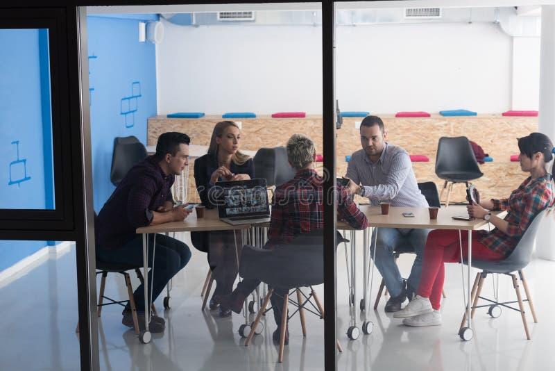 Początkowa biznes drużyna na spotkaniu przy nowożytnym biurem zdjęcia stock