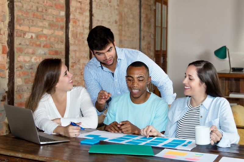 Początkowa biznes drużyna przy pracą przy biurem zdjęcie stock