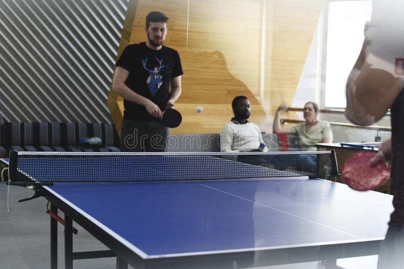 Początkowi ludzie biznesu Bawić się Stołowego tenisa Wpólnie Podczas Bre zdjęcia royalty free