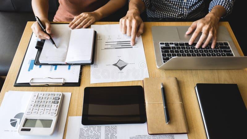 Początkowi ludzie biznesu grupują brainstorming na spotkaniu planni zdjęcia royalty free