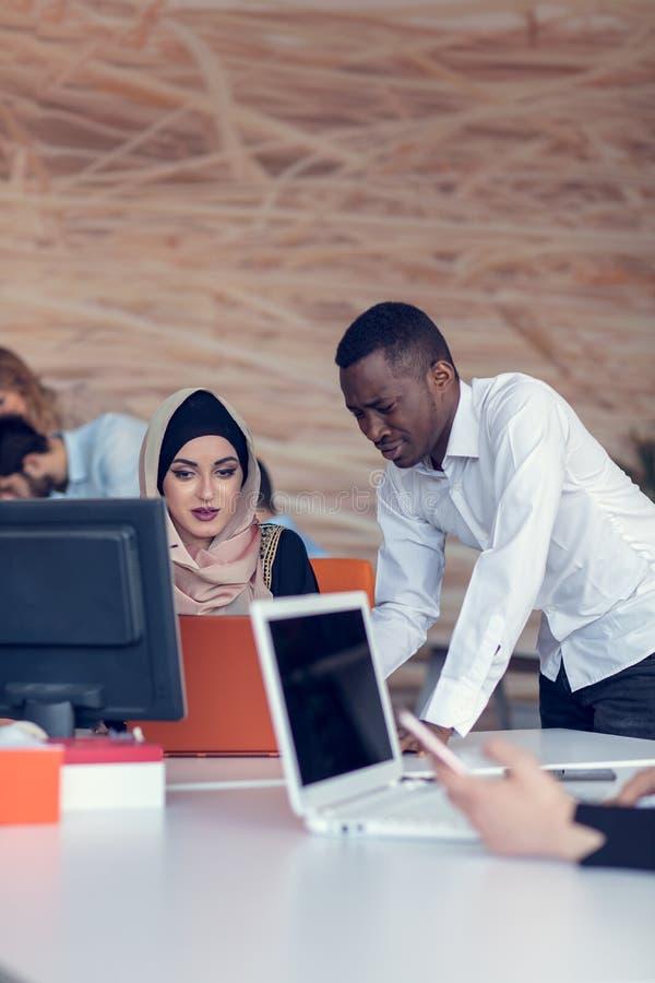 Początkowi ludzie biznesu grupują pracującą codzienną pracę przy nowożytnym biurem Techniki biuro, techniki firma, techniki rozpo zdjęcia stock