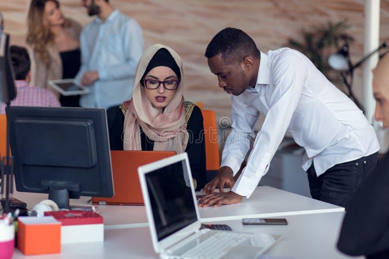 Początkowi ludzie biznesu grupują pracującą codzienną pracę przy nowożytnym biurem Techniki biuro, techniki firma, techniki rozpo fotografia stock