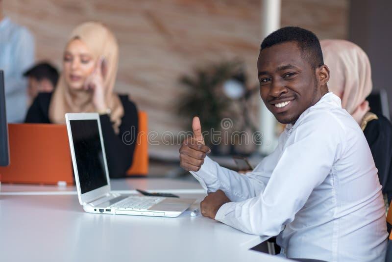 Początkowi ludzie biznesu grupują pracującą codzienną pracę przy nowożytnym biurem Techniki biuro, techniki firma, techniki rozpo zdjęcie stock