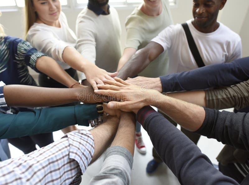 Początkowi ludzie biznesu praca zespołowa współpracy ręk Wpólnie zdjęcia stock