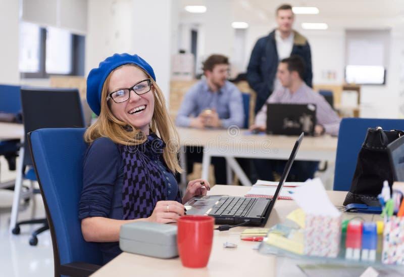 Początkowy biznes, kobieta pracuje na laptopie obraz royalty free