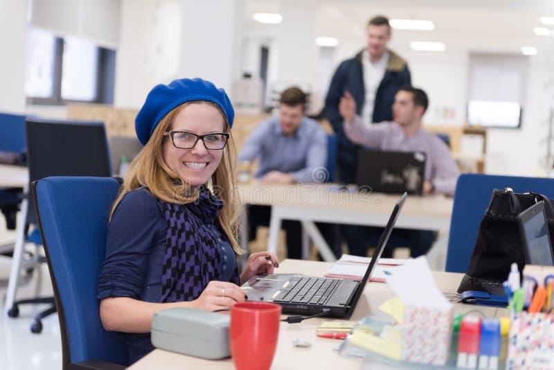 Początkowy biznes, kobieta pracuje na laptopie fotografia stock