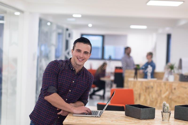 Początkowy biznes, młodego człowieka portret przy nowożytnym biurem zdjęcia stock