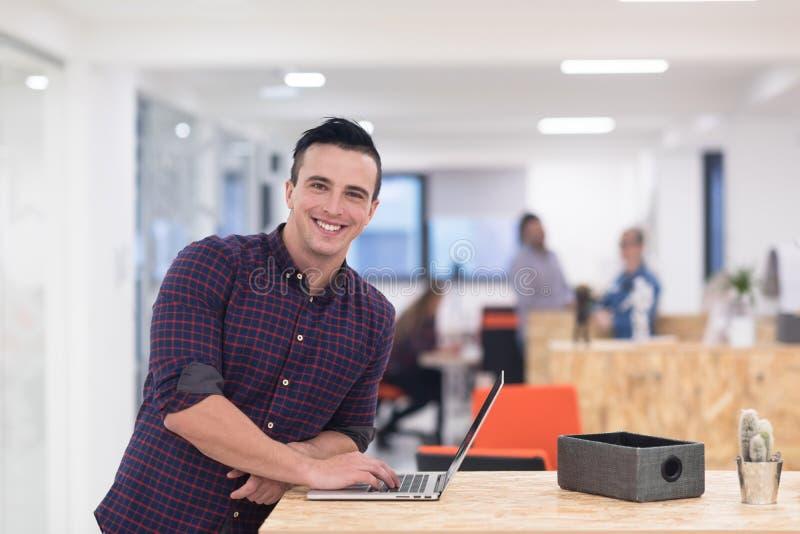 Początkowy biznes, młodego człowieka portret przy nowożytnym biurem zdjęcie stock